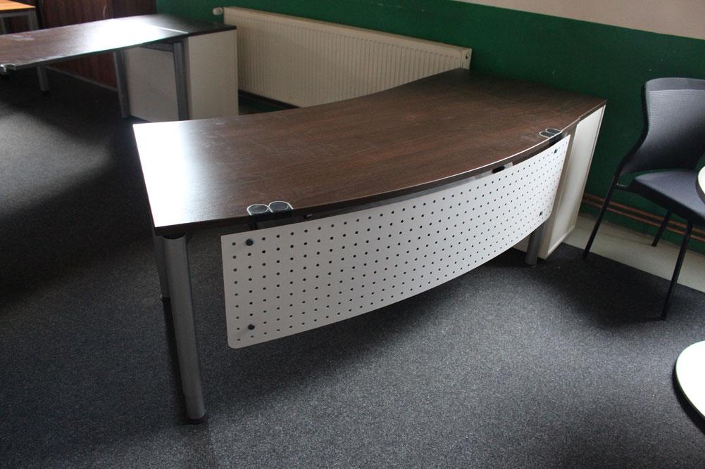 Schreibtisch Bogenform mit Blende - Büromöbel DIREKT Frankfurt